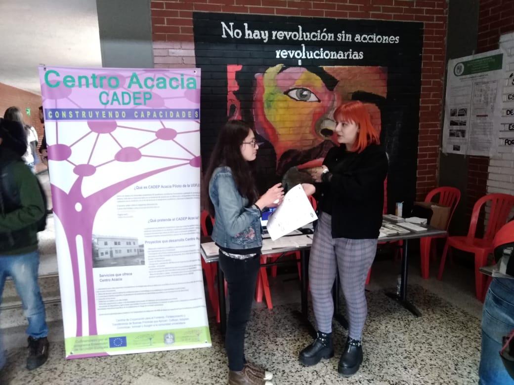 Estudiante realizando la exhibición de la muestra sobre Ambientes de Aprendizaje Accesibles