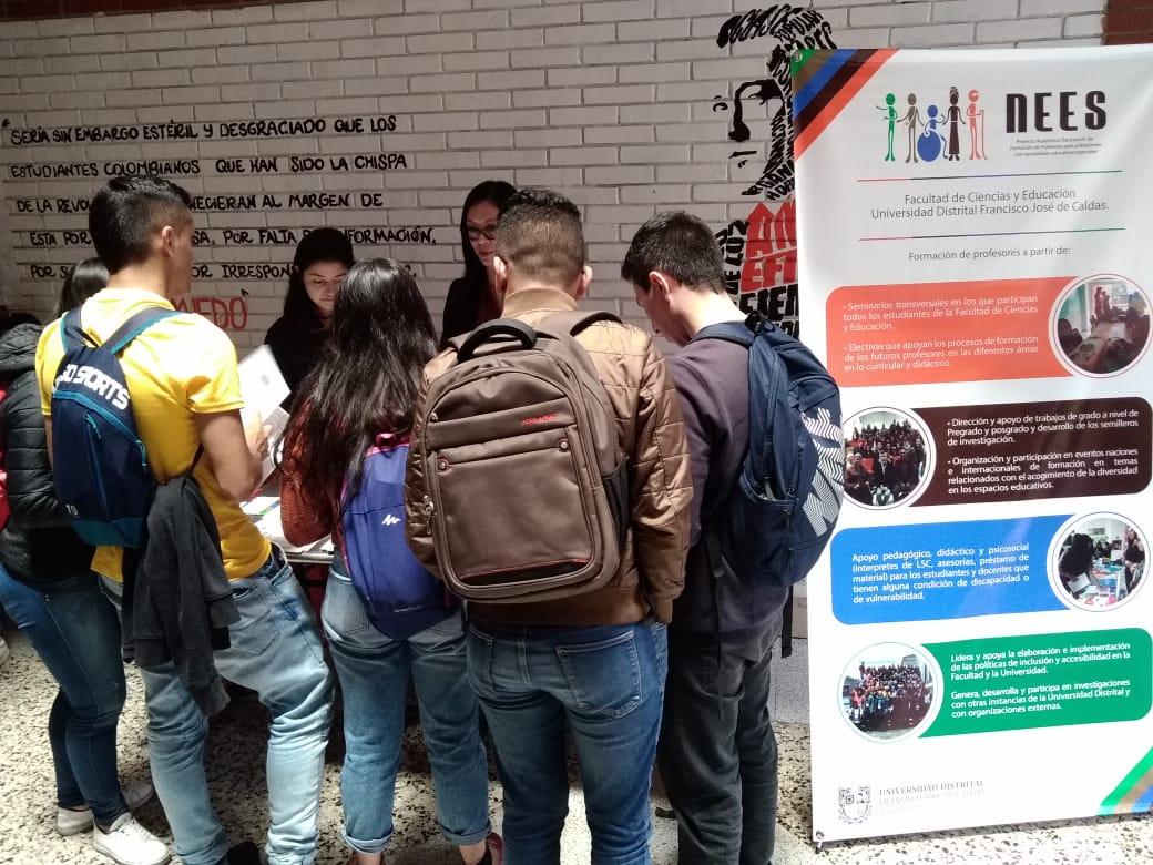 Estudiantes en la exhibición de la muestra del proyecto NEES