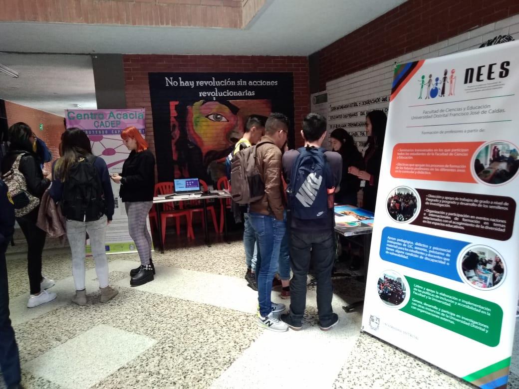 Espacio con estudiantes y expositores para la exhibición de las muestras