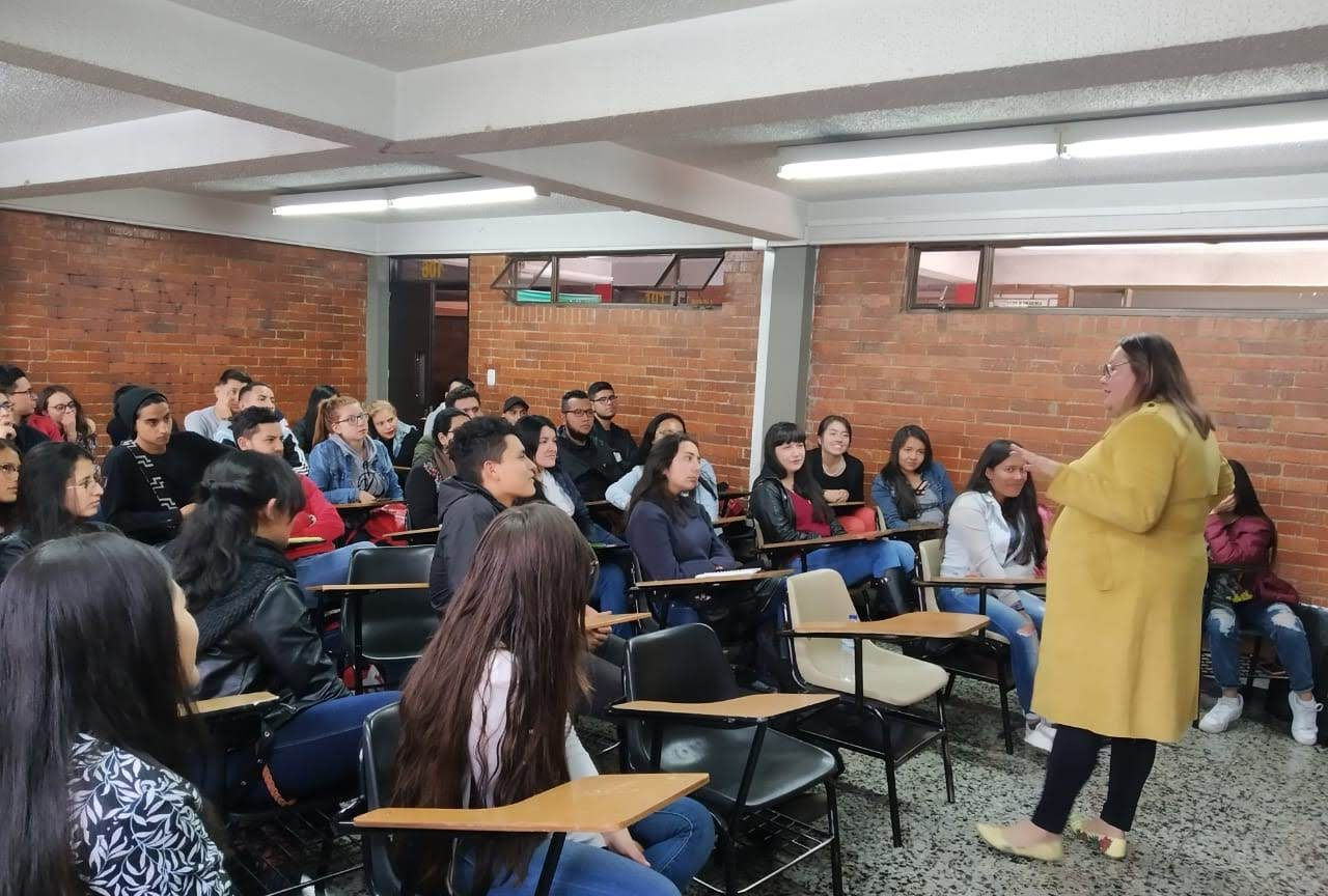 Profesora presentando el taller lengua de señas a los estudiantes