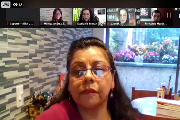 Muestra a la moderadora de la reunión, la docente Dora Inés Calderón